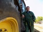 Sedm býčků přezuje traktor