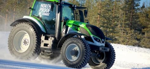 Kankkunen v traktoru  na ledě frčel 130 km/h